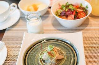 食べ物の皿とコーヒーのカップのクローズアップの写真・画像素材[4272102]