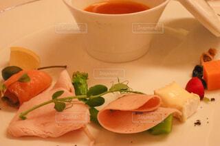 食べ物の皿とコーヒー1杯の写真・画像素材[4272125]
