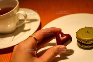 テーブルの上にコーヒーを一杯入れるの写真・画像素材[4272131]