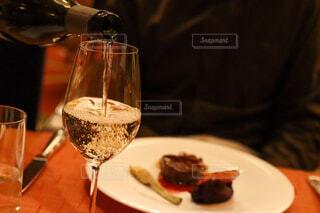 食べ物の皿とワインのグラスのクローズアップの写真・画像素材[4272133]