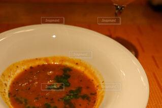 皿の上に座っているスープのボウルの写真・画像素材[4272137]