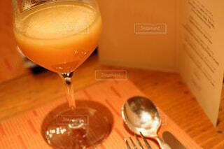 木製のテーブルの上に座っているワインのグラスの写真・画像素材[4272144]