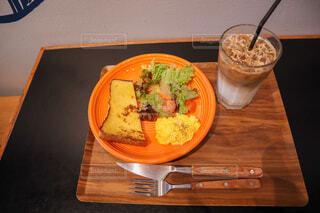 木製のテーブルの上に座っている食べ物の皿の写真・画像素材[4272149]