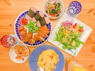 食べ物の皿をテーブルの上に置くの写真・画像素材[4272250]