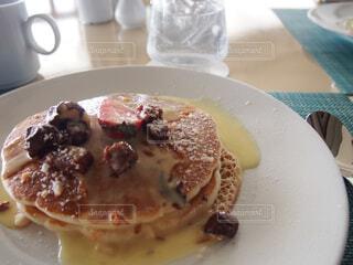 食べ物の皿をテーブルの上に置くの写真・画像素材[4272269]