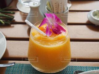 コーヒーとオレンジジュース1杯の写真・画像素材[4272272]