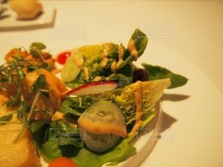 食べ物の皿をテーブルの上に置くの写真・画像素材[4272277]