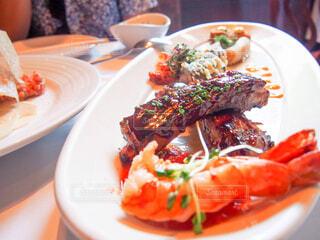 テーブルの上の食べ物の皿のクローズアップの写真・画像素材[4272296]