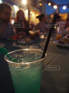 テーブルの上のコップの近くの写真・画像素材[4272304]