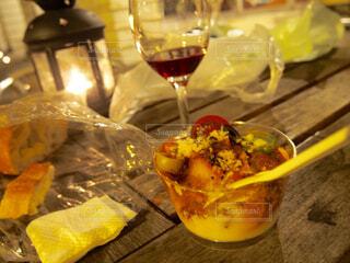 食べ物の皿とワインのグラスの写真・画像素材[4272305]