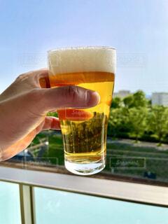 ステイホームなのでベランダで一杯のビールの写真・画像素材[4387204]