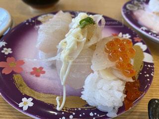 テーブルの上にケーキのスライスを入れた食べ物の皿の写真・画像素材[4317603]