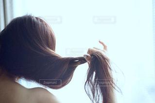 女性,1人,ファッション,髪,後ろ姿,カーテン,光,指,肩,部屋撮り