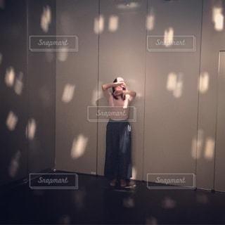 カメラにポーズ鏡の前に立っている男 - No.707786