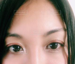 近くにカメラに微笑んで少女のアップの写真・画像素材[1844193]