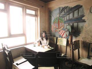 窓の前に座っている椅子の写真・画像素材[1845951]