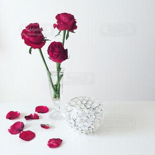 テーブルの上に花瓶の花の写真・画像素材[1005147]