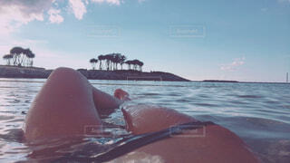 海辺でくつろいでいる人の写真・画像素材[4253533]