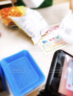 テーブルの上の携帯電話の写真・画像素材[2691577]
