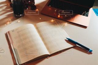 テーブルの上にあるスケジュール帳の写真・画像素材[2786548]