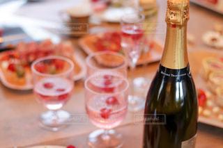 テーブルの上のワインのボトルの写真・画像素材[2815923]