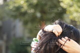 髪を結う女性の写真・画像素材[4102998]