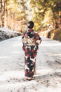 雪景色のなかに立つ着物女子の後ろ姿の写真・画像素材[4267106]