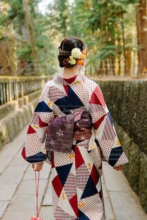 着物で歩く若い女性の後ろ姿の写真・画像素材[4419316]