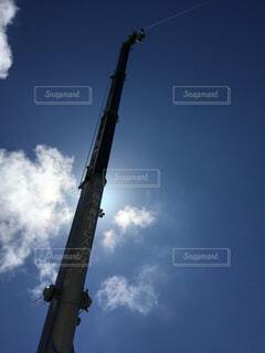 曇った青空を飛ぶ大型ジェット旅客機の写真・画像素材[4439527]