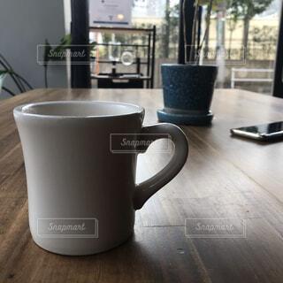 テーブルの上に置いたコーヒーカップの写真・画像素材[4268645]