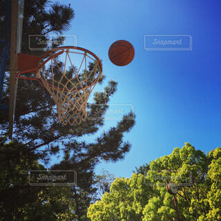 青空とバスケットボールの写真・画像素材[4268920]
