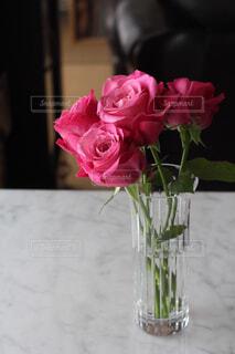 ガラスの花瓶にピンクのバラの写真・画像素材[4268925]