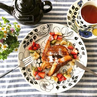 テーブルの上に置いた食事の写真・画像素材[4268924]