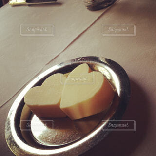 テーブルの上のハート型のバターの写真・画像素材[4271171]