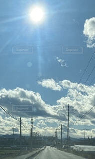 太陽と青空と雲と道の写真・画像素材[3652793]