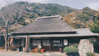 山を背景にした大きなレンガ造りの建物の写真・画像素材[4273297]