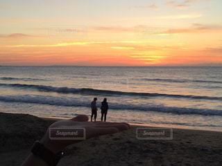 ビーチでの背景の夕日に人々 のカップルの写真・画像素材[869835]