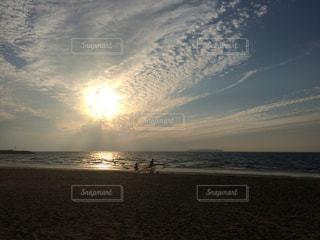 ビーチに沈む夕日の写真・画像素材[873574]