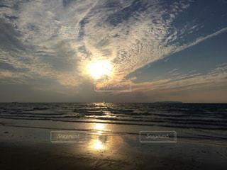 ビーチに沈む夕日の写真・画像素材[873575]