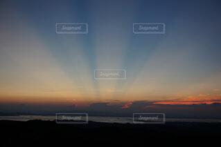水の体に沈む夕日の写真・画像素材[4280219]