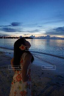 水の体の前に立っている人の写真・画像素材[4280220]