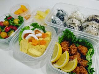 異なる種類の食品で満たされたプラスチック容器の写真・画像素材[4280233]
