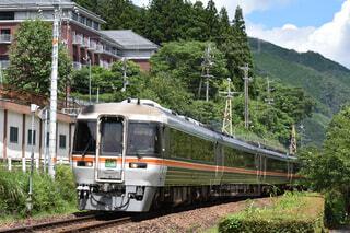 下呂駅を出発するキハ85系ワイドビューひだの写真・画像素材[4285870]