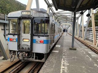 珍しい鉄橋の途中にある駅に停車する普通列車の写真・画像素材[4293498]