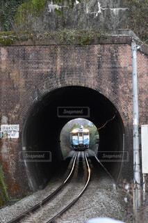 トンネルの向こうからやってくる普通列車の写真・画像素材[4293496]