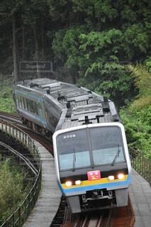 雨の中力走する2000系ファイナルランツアー列車の写真・画像素材[4433778]