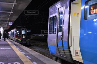 向かい合う特急列車の写真・画像素材[4590672]