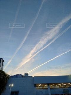 複数の飛行機雲の写真・画像素材[4388629]