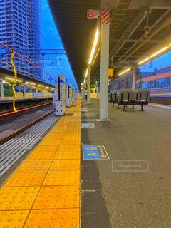 早朝の駅のホームの写真・画像素材[4303726]