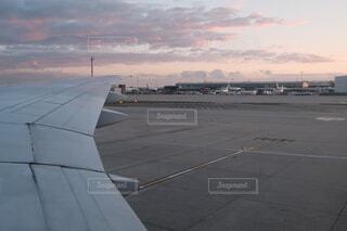 ターマックの上に座っている大型旅客機の写真・画像素材[4400396]